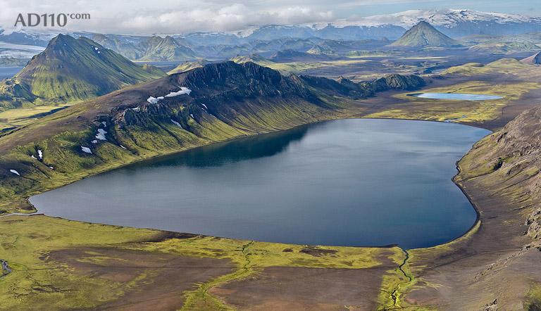 Andre Ermolaev 是生活及工作于莫斯科的俄罗斯摄影师,他擅长用镜头表现地球之美,他行遍了欧美非,用他的镜头记录着他眼里的美。 这里精选了 Andre Ermolaev 在冰岛航拍的一组作品,你可能很难相信这组作品是真实拍摄的图片而非绘画,这是在冰岛从空中拍摄的火山地区河流,水流蜿蜒流过黑色的火山沙,最后进入大海,Andre说,冰岛是个美妙的国度,我想说这是所有摄影爱好者的天堂。但真正让我触动的是火山地区的航拍,这些河流有着难以形容的色彩,线条和纹理。         更多 Andre Ermo