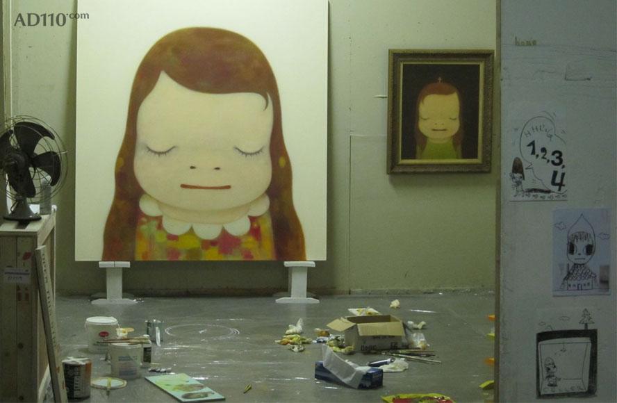 """奈良美智(Nara Yoshitomo)日本现今在全球最具知名度都的艺术家之一,他的作品受到了日本漫画和动画的影响,从他的作品中就可以找到这样的痕迹:用平滑的彩色蜡笔、漫画式的线条或表面创作出样貌天真的幼女和宠物般的动物。但是,他在作品加入了一种玩世不恭的味道,并通过描绘他们怀揣匕首或枪等武器进而打破他们的纯真。""""我的全部作品其实是我内心的自画像,是和自己的对话。至于说这些图像的来源,是在对话的过程中回忆自己的童年时代。那个时候没有读过难懂的书,也没有好好学习,是最纯粹地表露自己的感觉和表情的时"""